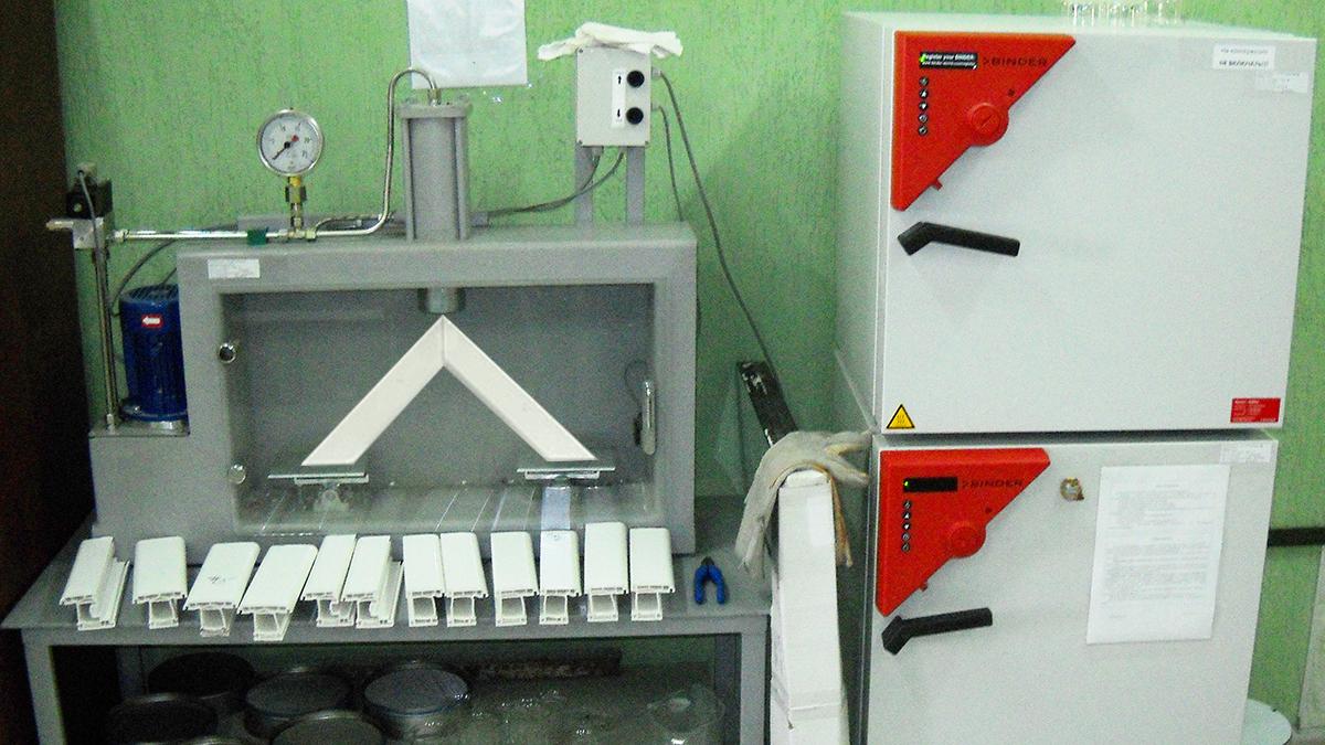 Входной контроль качества сырья и материалов и приемо-сдаточный контроль готовой продукции осуществляется в лаборатории завода