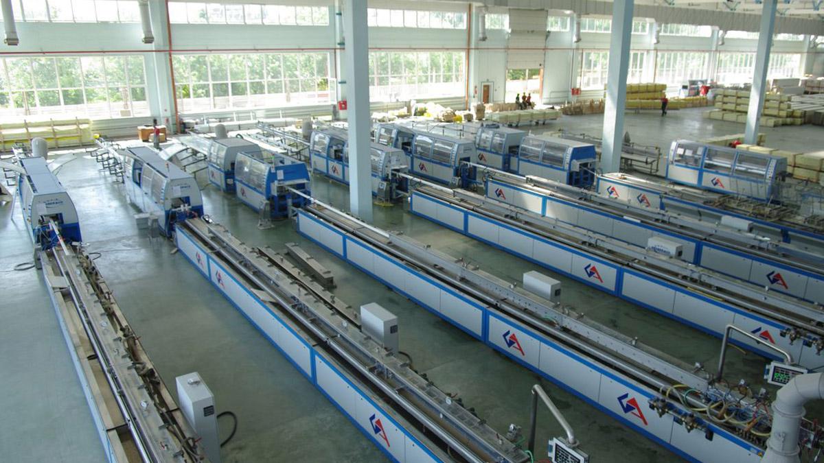 Производство профильных систем «Mонблан» оснащено экструзионными линиями только нового поколения, изготовленными и прошедшими испытания на заводах австрийской фирмы Cincinnati Extrusion.