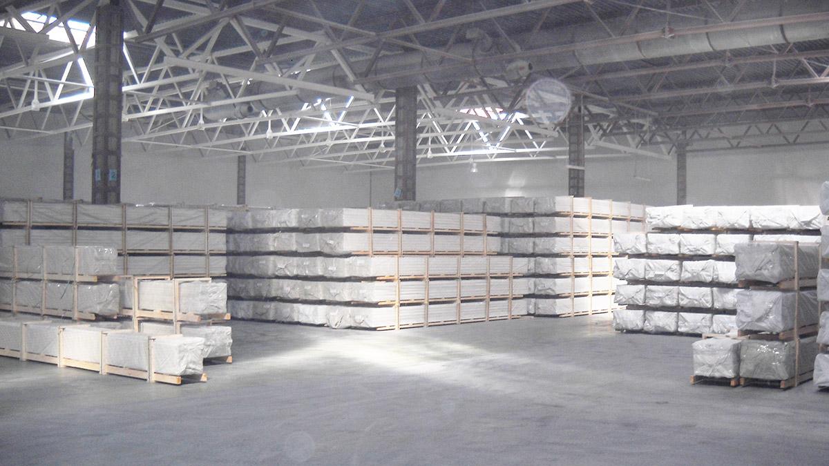 Паллеты с готовой продукцией на складе завода